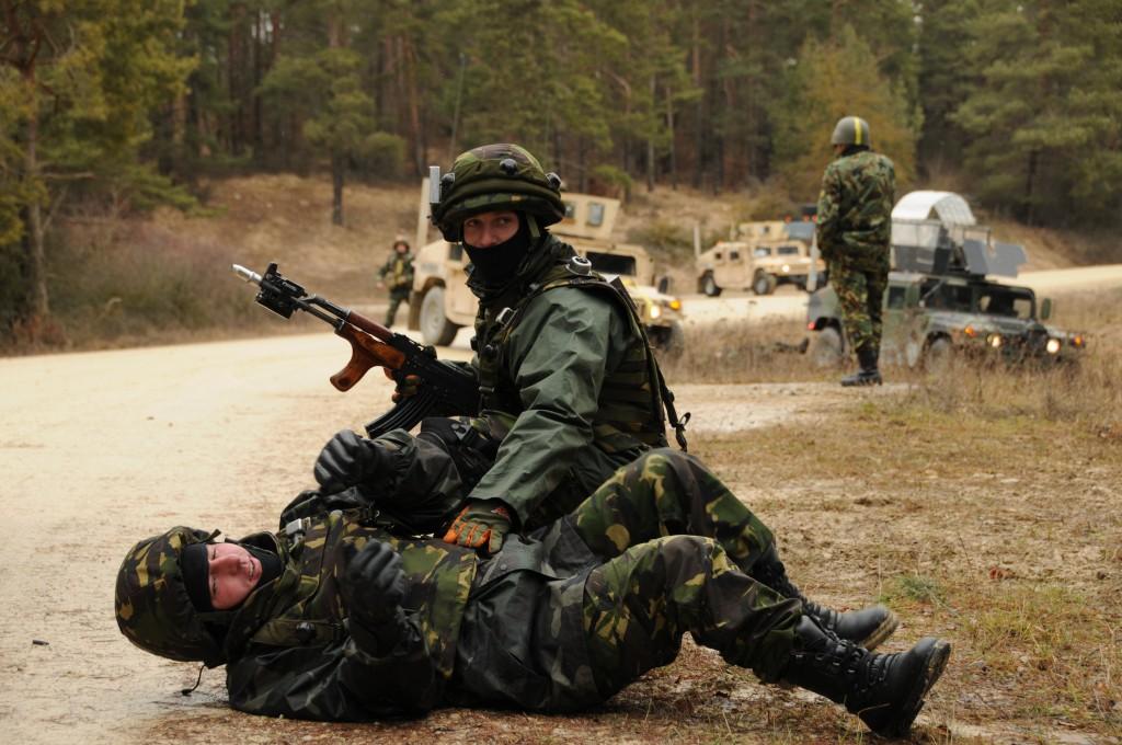 Soldat aidant un coéquipier blessé
