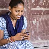 Une femme indienne avec son mobile