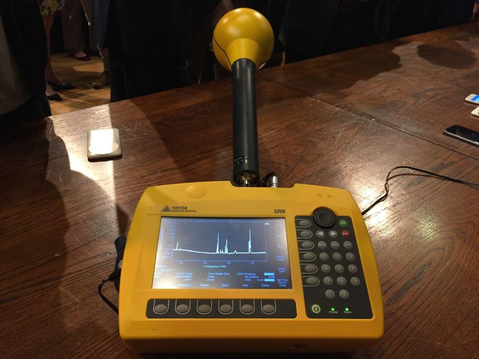 Analyseur spectral, montrant la densité de puissance de bandes de fréquences présentes dans la chambre. Le grand pic à 2,4 GHz est Wi-Fi; les bandes inférieures seront GSM, 3G, et 4G.