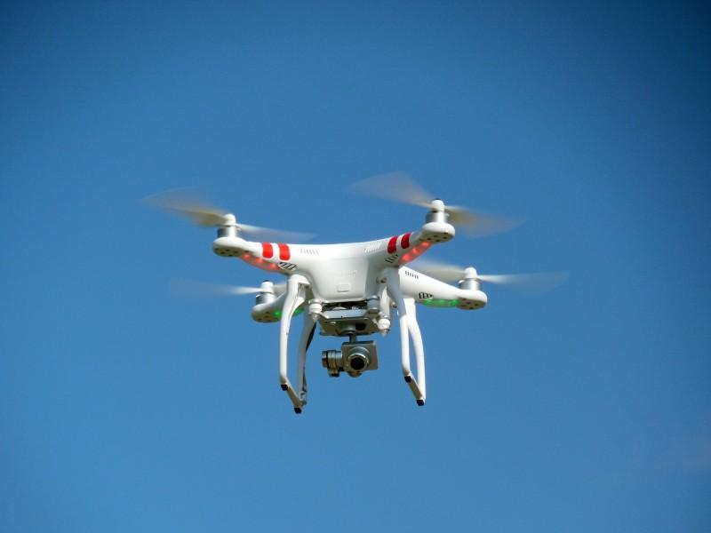 drone blanc avec un appareil photo