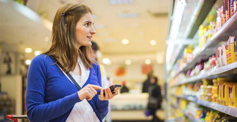 Consommatrice comparant plusieurs produits.