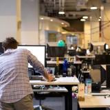 Une personne surfant sur internet dans les locaux de business insider