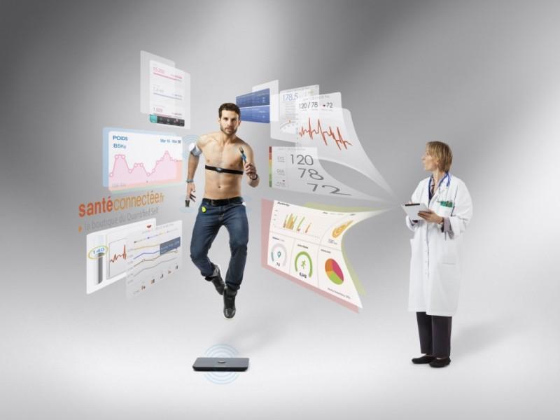 un medecin récoltant les données d'un patient grâce aux objets connectés