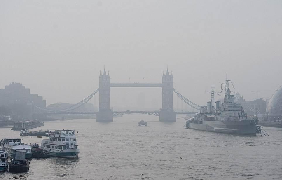 Le Tower Bridge sous le smog