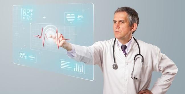 Un médecin touchant du doigt un écran tactile futuriste