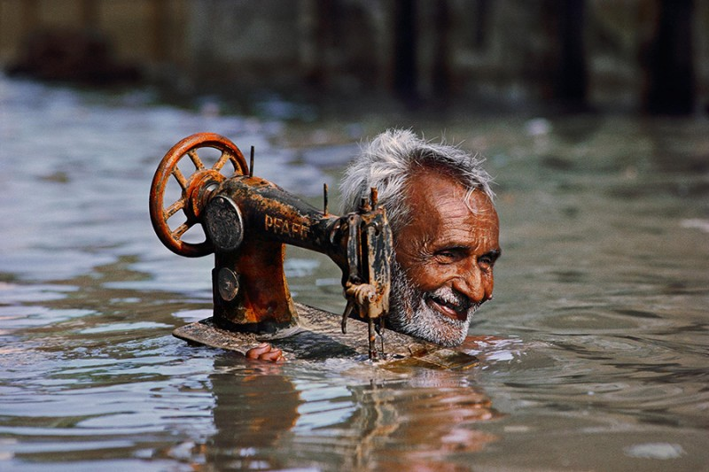 INDE-homme-transporte-machine-a-coudre-fleuve-photo-steve-McCurry