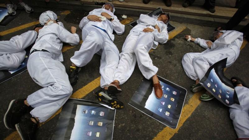 des-etudiants-chinois-simule-la-mort-des-ouvriers-de-foxconn-un-fournisseur-d-apple_4079958