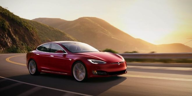 Tesla retire temporairement l'option conduite autonome de ses véhicules