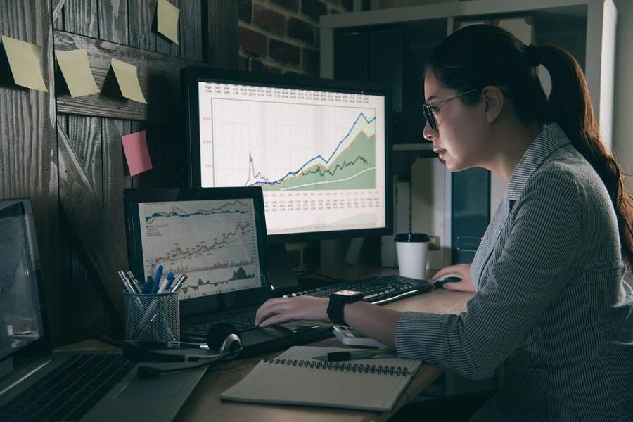 metier big data femme ordinateur