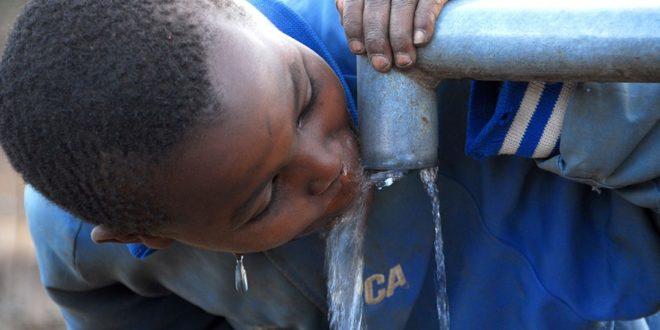 enfant buvant de l'eau au kenya
