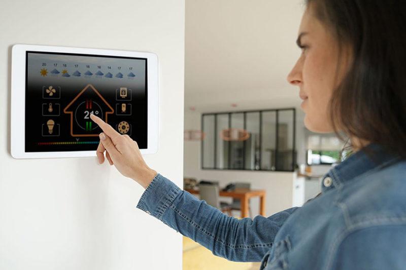 femme en train d'utiliser une tablette tactile reliée à la cuisine