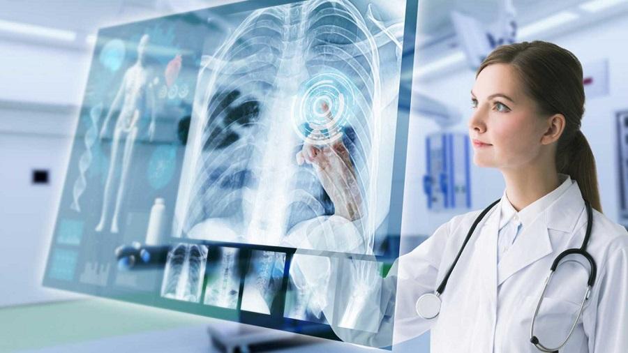 jeune femme médecin devant écran virtuel
