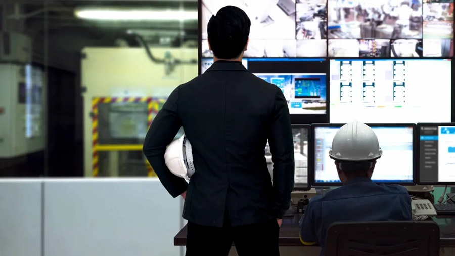 hommes regardant écrans de contrôle