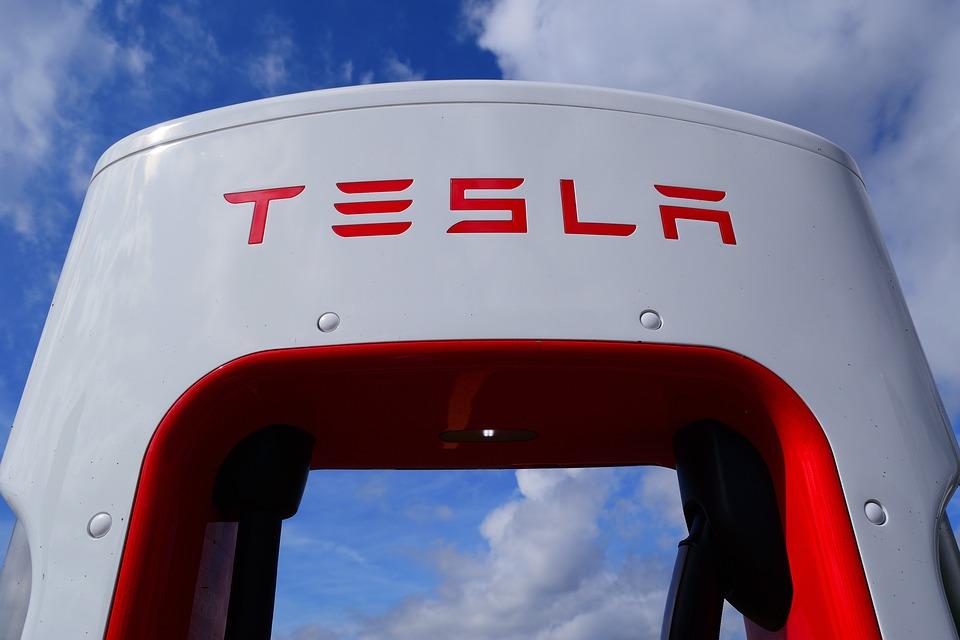 Tesla réalise de nouveaux records de bénéfice