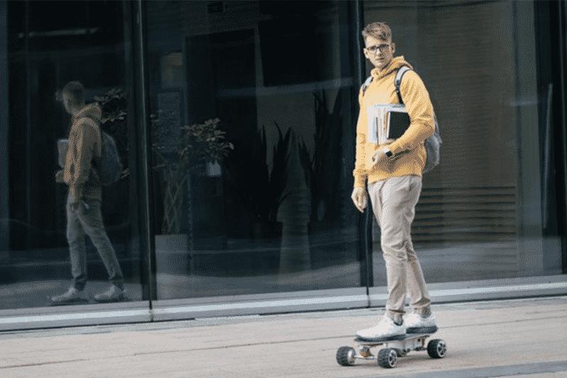 Etudiant en skateboard électrique