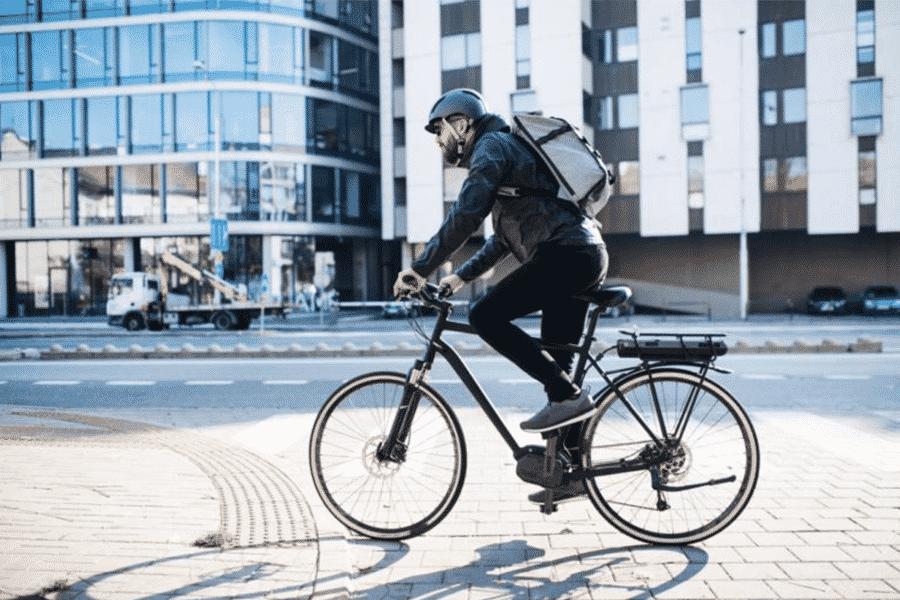 Homme se rendant au travail en vélo électrique